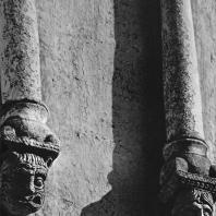 Церковь Покрова на Нерли. Северный фасад. Фрагмент аркатурно-колончатого пояса. Колонки с фигурными консолями (восточное прясло)