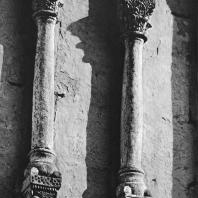 Церковь Покрова на Нерли. Северный фасад. Фрагмент аркатурно-колончатого пояса. Колонки с фигурными консолями (западное прясло)