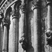 Церковь Покрова на Нерли. Восточный фасад. Фрагмент аркатурно-колончатого пояса центральной апсиды