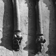 Церковь Покрова на Нерли. Западный фасад. Фрагмент аркатурно-колончатого пояса. Колонки с фигурными консолями (центральное прясло)