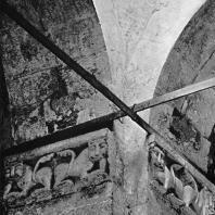 Церковь Покрова на Нерли. Интерьер церкви. Юго-западный столп. Рельефы с изображением львов в пятах арок
