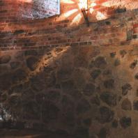 Каменецкая башня. Вход в нижний ярус башни и кладка стены