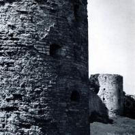 Копорье (Ленинградская обл.). Крепость. Башни северной стены. Середина XV в. Фото В. В. Косточкина