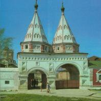 «Святые» ворота Ризположенского монастыря. Строители И. Мамин, А. Шмяков, И. Грязнов. Суздаль, 1688 г.
