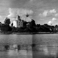 Старая Ладога. Крепость. Общий вид со стороны Волхова. Остатки укрепления и церковь Георгия. Вторая половина XII в.