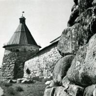 Соловецкий монастырь. Белая башня и часть крепостной стены. XV в.