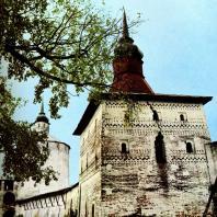Кирилло-Белозерский монастырь. На первом плане - Глухая (Котельная) башня. XVI в.