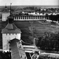 Кирилло-Белозерский монастырь. Вид на оборонительную стену «Нового города». На переднем плане - Казанская башня. XVII в.