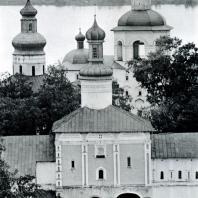 Кирилло-Белозерский монастырь. Святые ворота (1523) с церковью Иоанна Лествичника (1572). На заднем плане, слева - купол Успенского собора, справа - колокольня