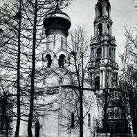 Загорск. Троице-Сергиева лавра. Духовская церковь (1476-1477) и колокольня (1741-1770)