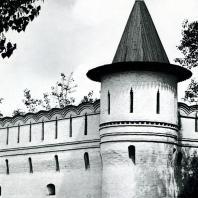 Москва. Спасо-Андроников монастырь. Оборонительная стена с угловой башней. XV-XVIII вв.