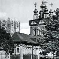 Москва. Ново-Девичий монастырь. На переднем плане-Лопухинские палаты (1685-1687), в глубине - надвратная Преображенская церковь (1687-1689)