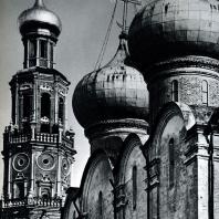 Москва. Ново-Девичий монастырь. Колокольня (1690?) и Смоленский собор (1524-1525). Фрагмент