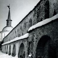 Александров. Успенский монастырь. Оборонительная стена. Вид со стороны двора
