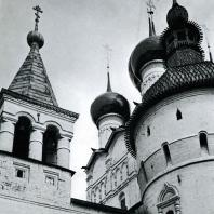 Ростов Великий. Кремль. На переднем плане - часть одной из башен западных ворот, в глубине - церковь Иоанна Богослова