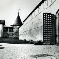 Ипатьевский монастырь. XVI-XVII вв. Одна из больших башен. На переднем плане - Старые Западные ворота