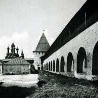 Ярославль. Спасский монастырь. Оборонительная стена и башня. Вид со стороны двора